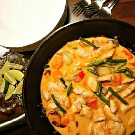 Kyckling i röd curry, kokos och lime